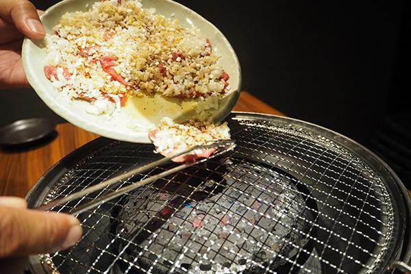 ①ねぎが落ちないようにお皿をロースターの そばまで近づけ、タンをスライドさせながらのせます