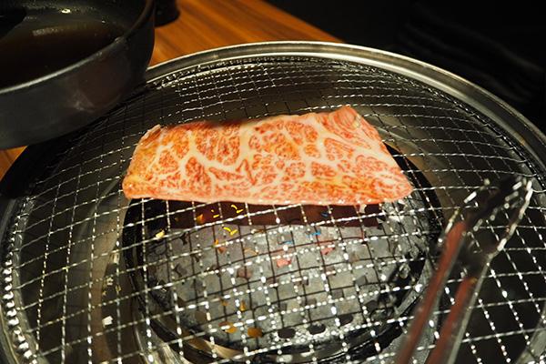 ②割り下につけてたお肉を網の真ん中にのせて焼きます。