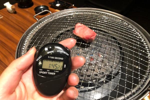 ①網の真ん中で片面を1分15秒焼く
